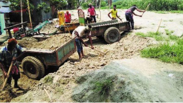 যশোরের বারান্দিপাড়ায় অবৈধভাবে বালি বিক্রয়ে মেতেছে একটি অসাধু চক্র