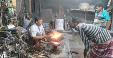কুরবানীতে  ব্যাস্ত সময় পার করছে তালার কামার শিল্প
